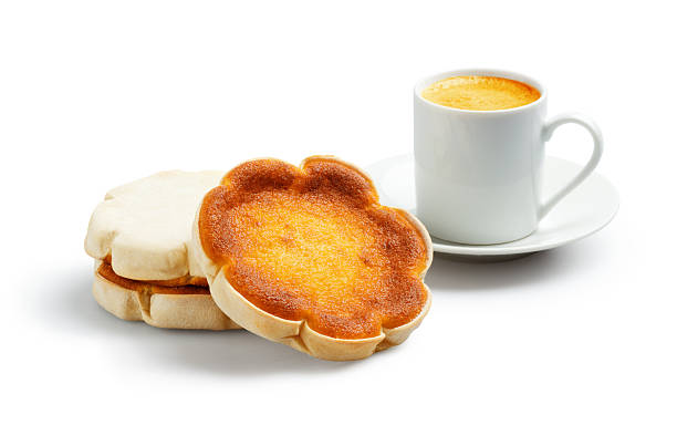 queijadas de sintra oder queijadinhas und espresso - portugiesische desserts stock-fotos und bilder
