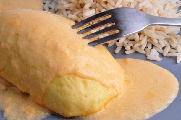 Quenelle et riz repas en gros plan dans une assiette avec une quenelle et du riz blanc riz stock pictures, royalty-free photos & images
