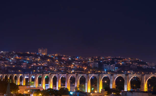 ciudad de querétaro de noche - queretaro fotografías e imágenes de stock