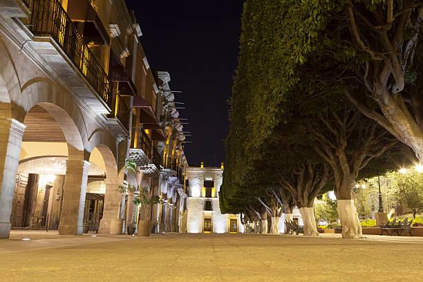 querétaro plaza principal de noche - queretaro fotografías e imágenes de stock