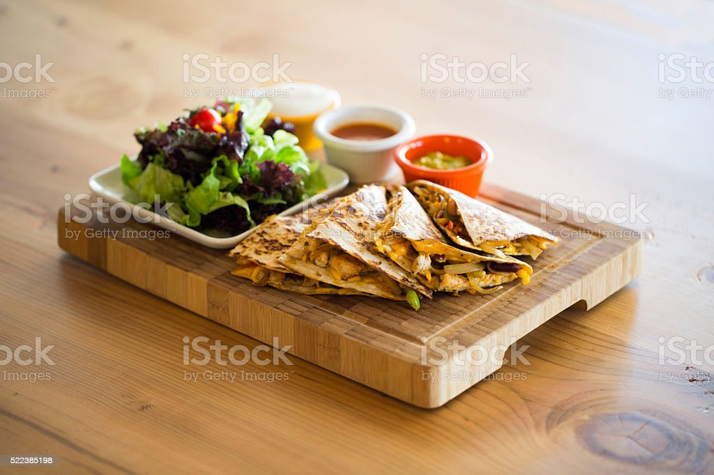 Quesadilla mit salsa und sour-cream-Dip – Foto