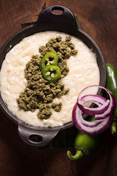 queso fundido (geschmolzenem käse-dip) mit grüner chorizo - wurst käse dips stock-fotos und bilder