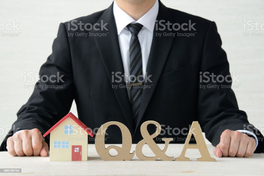 Question and answer about housing - Foto stock royalty-free di Adulto