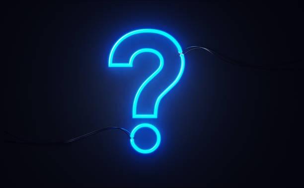 Frage Mark geformtes rotes Neonlicht an schwarzer Wand – Foto