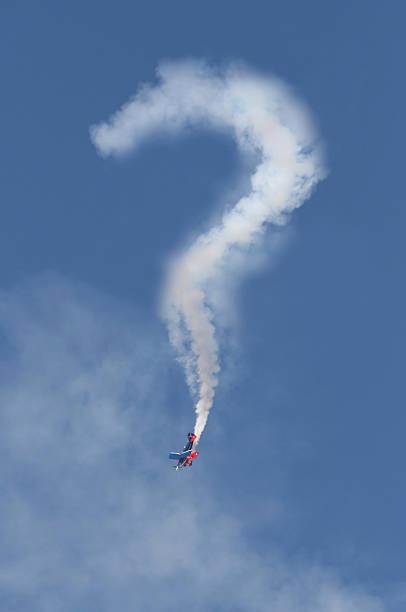 fragezeichen skywriter - schrift am himmel stock-fotos und bilder