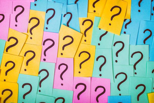 question marks background. colorful paper notes with question marks. concept image. closeup top view toned - znak zapytania zdjęcia i obrazy z banku zdjęć