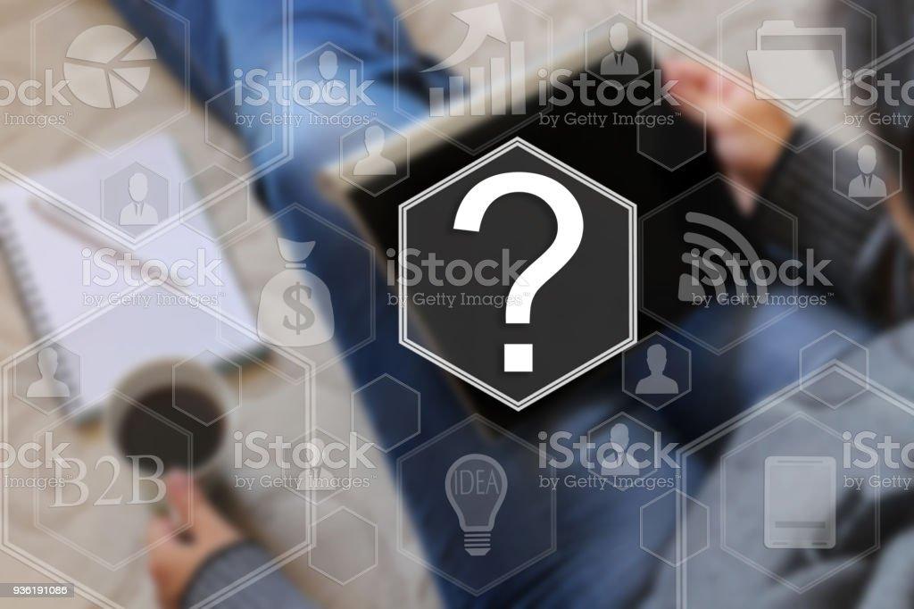 Pergunta na tela de toque com um borrão a garota com o gadget, plano de fundo. O conceito de pergunta, Pesquisar a rede - foto de acervo