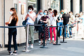 Paris : Queue / one behind the other, in front of  Le Bon Marché\