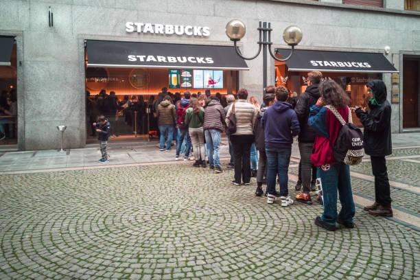 fila dos povos que entram no café recentemente aberto de starbucks em turim. turim, piemonte, itália, novembro de 2019 - costumer - fotografias e filmes do acervo