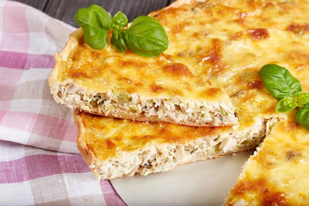 quiche - torta de carne de frango, brócolis e queijo - torta salgada - fotografias e filmes do acervo
