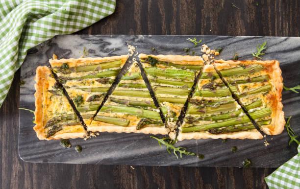 quiche mit gruenem spargel - tarte und törtchen stock-fotos und bilder