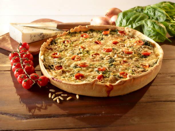 quiche mit spinat und pinienkernen - tarte und törtchen stock-fotos und bilder
