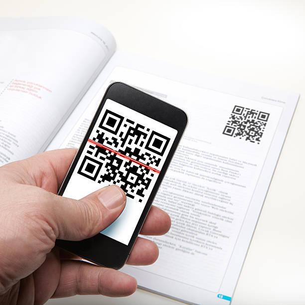 телефон с qr-код на mobil - hand holding phone стоковые фото и изображения