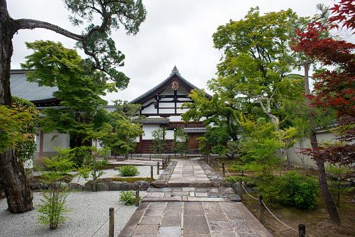 조용 하 고 불교 사원 후 관광객 왼쪽교토 일본 0명에 대한 스톡 사진 및 기타 이미지