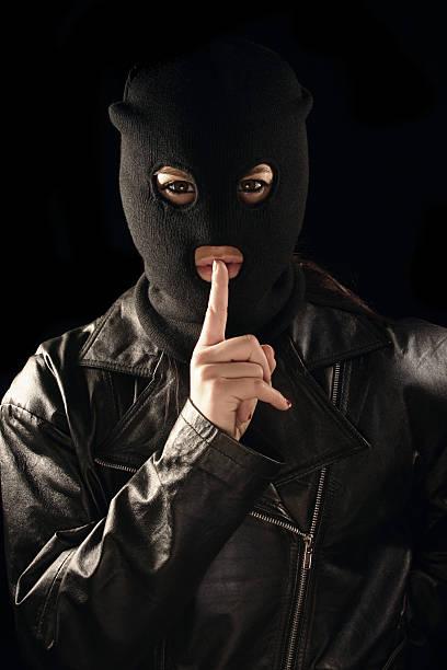ruhige masken burgler - lederjacke mit kapuze damen stock-fotos und bilder