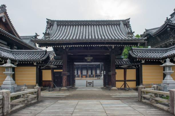 観光客は京都、日本を出国後静かな寺院 - 寺院 ストックフォトと画像