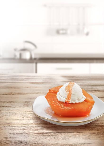 quitten-dessert mit eis - quittenkuchen stock-fotos und bilder