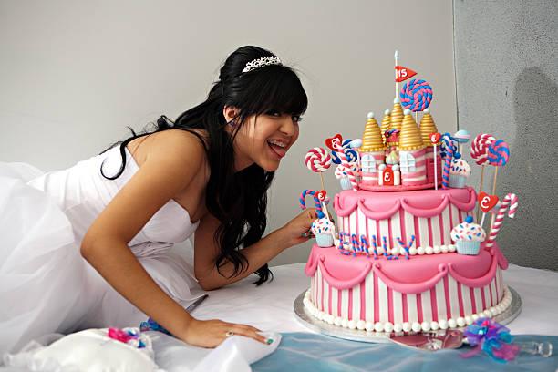 quinceanera-geburtstagstorte - prinzessinnen torte stock-fotos und bilder