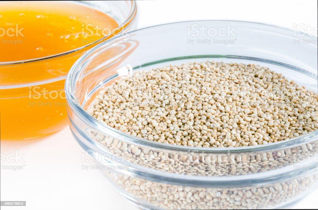 Quinoa y miel en un recipiente de vidrio foto de stock libre de derechos