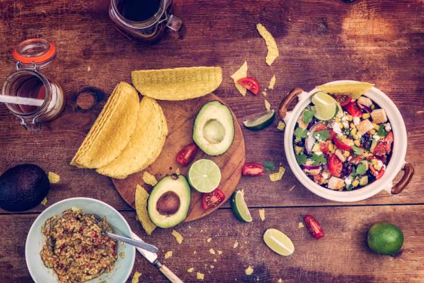 andenhirse huhn chipotle - quinoa superfood stock-fotos und bilder