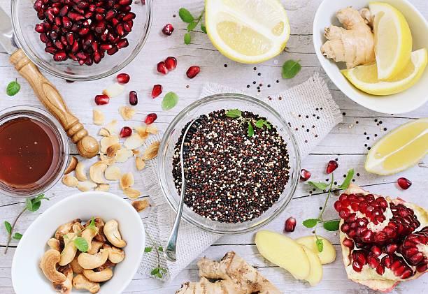 quinoa-salat und honig-zitronen-dressing zubereitet - quinoa superfood stock-fotos und bilder
