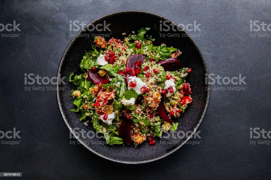 麥奎奴沙拉配甜菜根和菠菜。 - 免版稅俯拍圖庫照片
