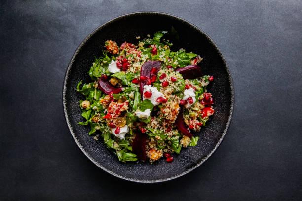 ensalada de quinoa con espinacas y remolacha. - vegana fotografías e imágenes de stock