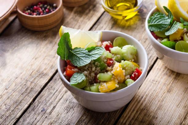 Quinoa-Salat mit Gemüse – Foto