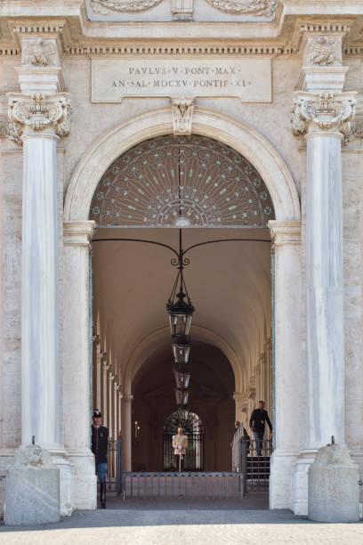 quirinal palace's entrance - quirinale foto e immagini stock