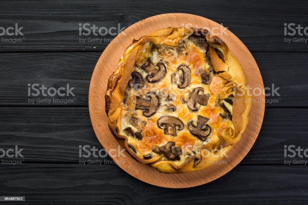 木盤子上的蘑菇 Quishe - 免版稅一片圖庫照片