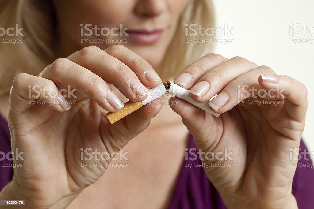 Mit dem Rauchen aufhören, dass eine Zigarette – Foto