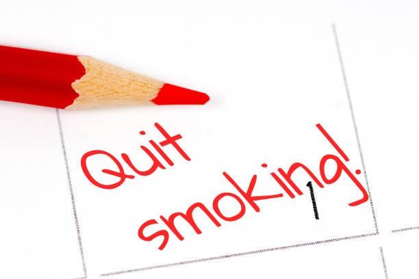 aufhören sie zu rauchen, 1. tag kalenderkonzept mit roter buntstift - sprüche kalender stock-fotos und bilder