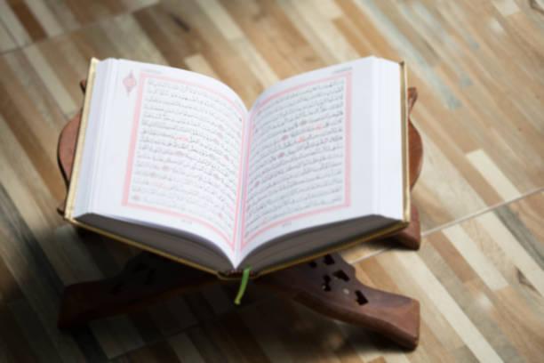 古蘭經-世界各地穆斯林的聖書放在木板上圖像檔