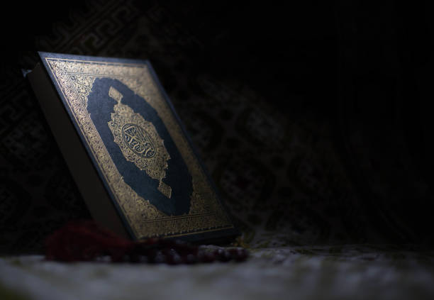 quran - holy book of muslims around the world put on wooden boards - cora��o imagens e fotografias de stock