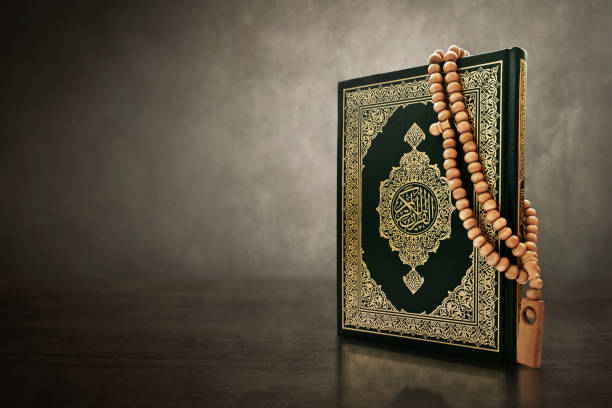 quran holy book with rosary beads - cora��o imagens e fotografias de stock