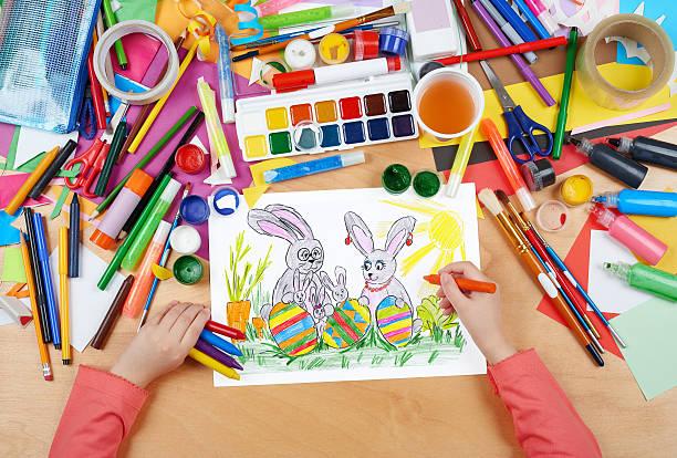 familia en la pradera conejo con huevos de Pascua vacaciones niño dibujo - foto de stock