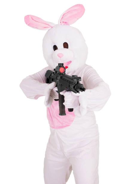 mascotte de lapin avec un canon de fusil. isolé sur fond blanc. - mascotte photos et images de collection