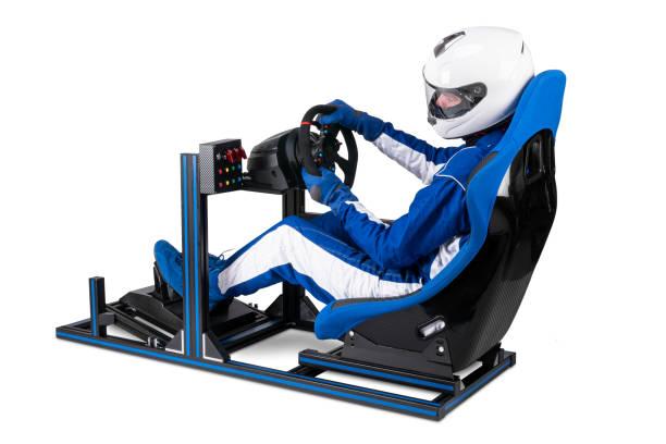 Rennfahrer in blau overall mit Helm taining auf simracing Aluminium Simulator-Rig für Videospiel-Rennen. Motorsport Auto Schaufel Sitz Lenkrad Pedale isoliert weißen Hintergrund – Foto