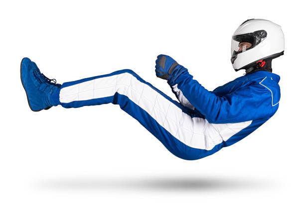 Rennfahrer in blau-weiß Motorsport insgesamt schweben über Boden in Fahrsitzposition mit Schuhen Handschuhe und Schutz-Crashhelm, isoliert weiß abstrakte Nertier Hintergrund. – Foto