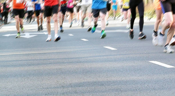 10 km rennen sport running für spaß - damenschuhe k stock-fotos und bilder
