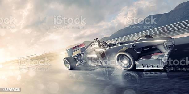 Racing Car Beschleunigung Der Vergangenheit Auf Nassen Racetrack Bei Sonnenuntergang Stockfoto und mehr Bilder von 2015