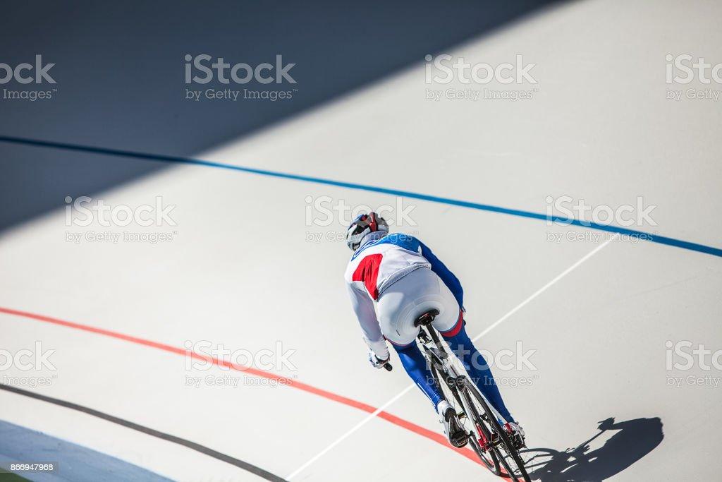 Radrennfahrer auf Radrennbahn im Freien. – Foto