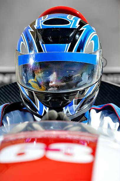 pilote de course se concentrer - casque de protection au sport photos et images de collection