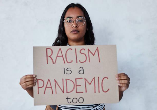 種族主義社會是一個生病的社會。 - black power 個照片及圖片檔