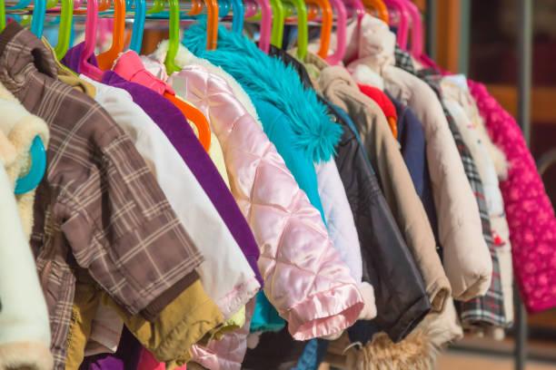 bebek ve çocukların raf açık askı piyasasında satış için görüntülenen giyim elbise, kullanılan. - mont stok fotoğraflar ve resimler