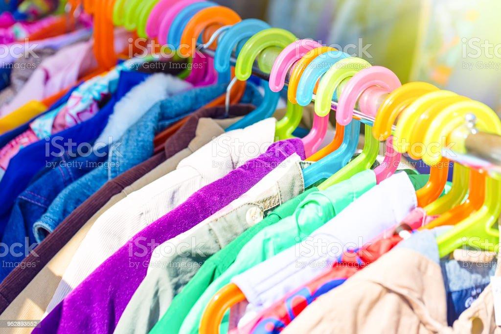 a6edc9e335816 Grand magasin, Habillement, Marché - Établissement commercial, Marché aux  puces, Panier. Support des bébés et des enfants ...