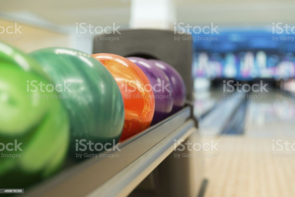 Rack di palline colorate in una pista da Bowling - foto stock