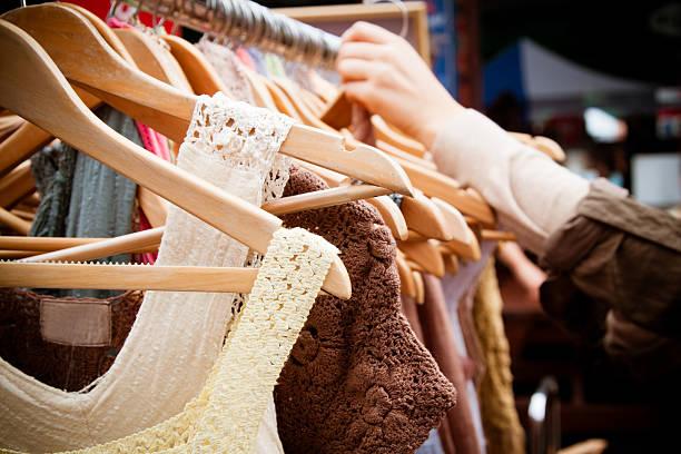 rack of kleider im markt - uhrenhalter stock-fotos und bilder
