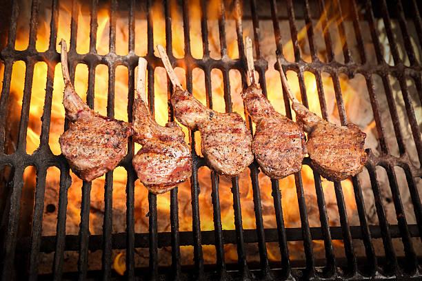 lammkoteletts mit grill - marinade für grillfleisch stock-fotos und bilder
