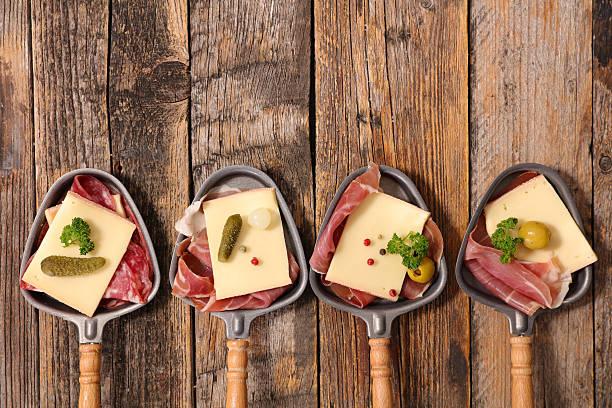 raclette de fromage et de charcuterie - raclette photos et images de collection